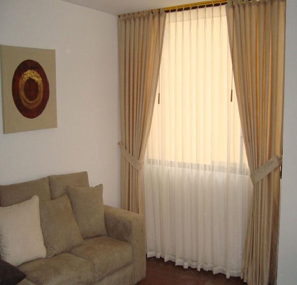 cortina-romana-mas-cortinas-con-holajes-de-madera